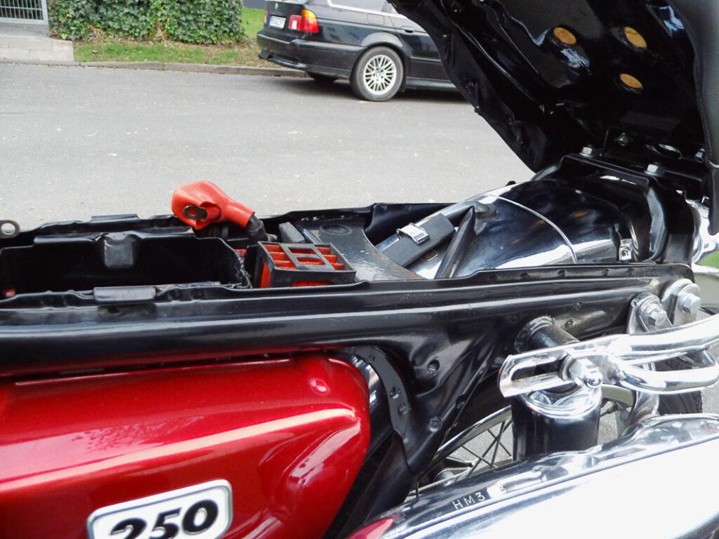 Die Sitzbank der Honda CL 250 ist hinten angeschlagen