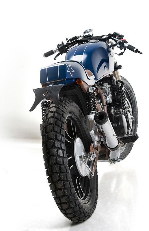 Der Motor der Yamaha XJ550 Ocean Wave atmetet über eine schicke 4-in-1 Anlage aus