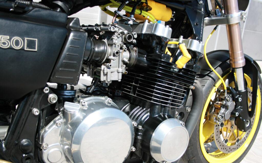 Den Kawasaki-Motor befeuern Flachschieber von einer GSXR 750 mit geänderten Düsen