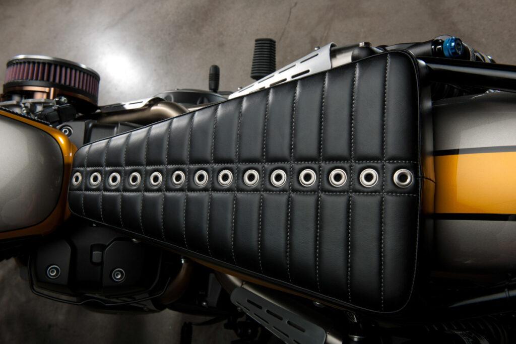 """Die Yamaha SCR950 trägt einen Renthal-Lenker mit """"Duane Ballard Custom Leather""""-Lenkerstreben-Polster"""
