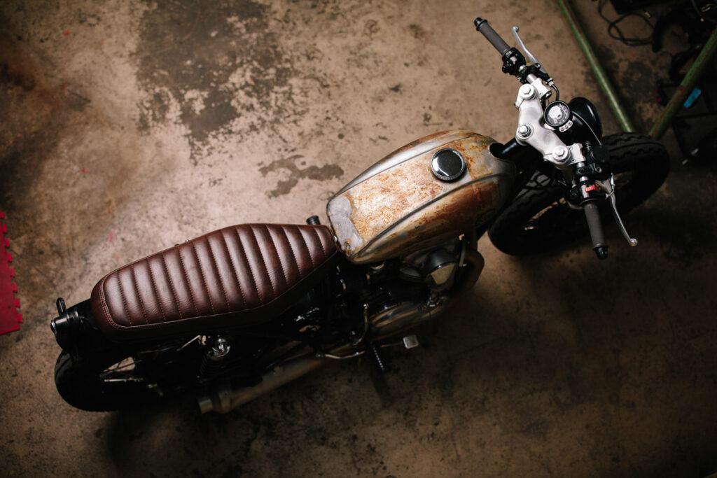 Die erdigen Töne machen die Kawasaki W650 Raw Metal etwas martialisch