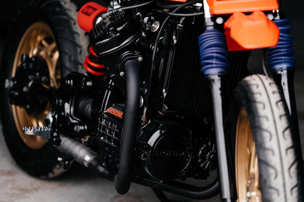 Den Motor des Honda CX 500 Trackers hat Brick House Builds komplett geschwärzt