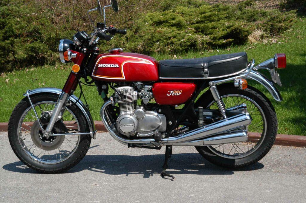 Die Honda CB 350 Four ist eher klein und zierlich