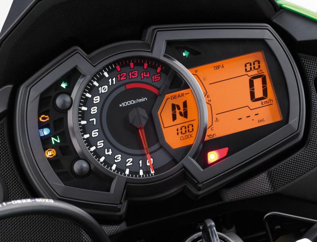 Die kleine Kawasaki Reiseenduro bietet ein prima ablesbares Instrumentarium