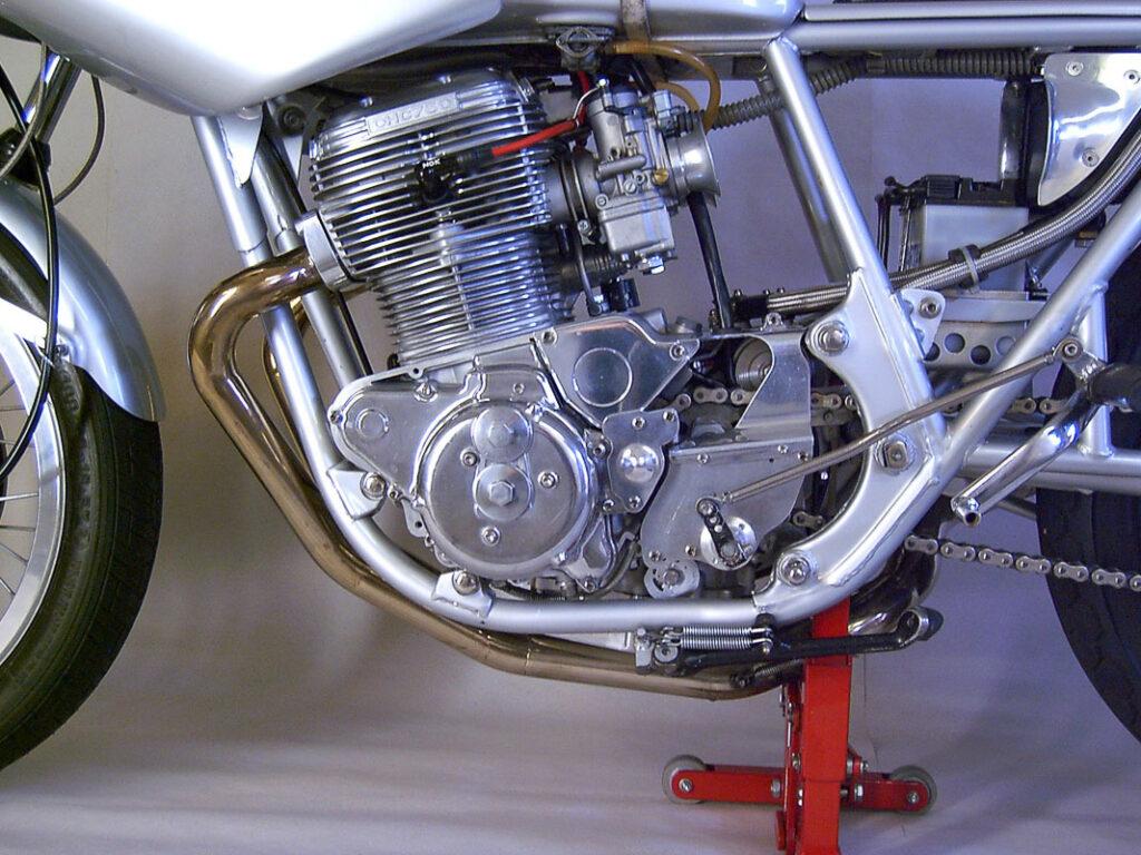 Der TX 750 Motor bekam 36er Dellortos mit Beschleunigerpumpe und bearbeitete Ansaug- und Auslasskanäle