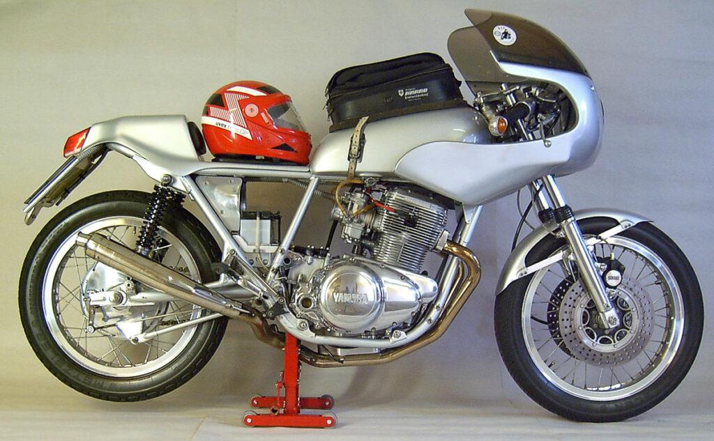 Der Yamaha Racer bringt eine perfekte Silhouette mit