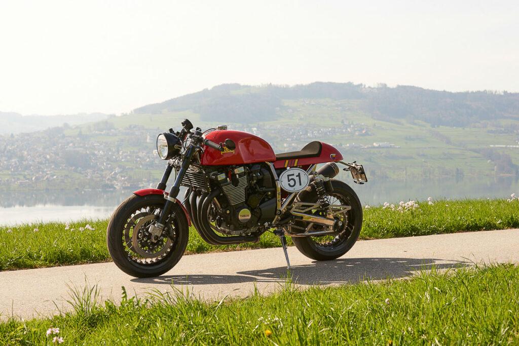 Der Motor stammt von der Yamaha XJR 1300 und leistet 98 PS