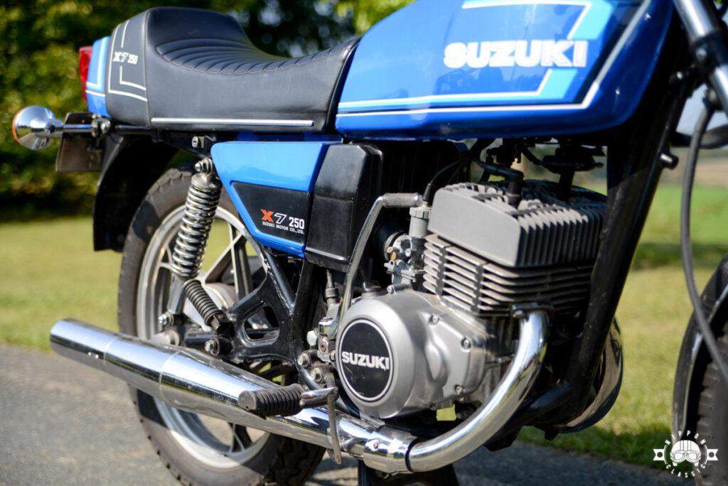 Die Suzuki GT 250 X7 bekam einen Einrohrrahmen mit unter dem Motor gegabelten Unterzügen