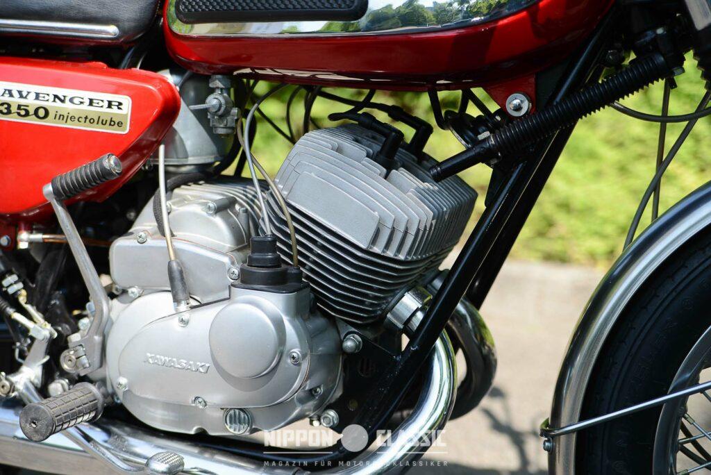 Unter den Motorseitendeckeln sitzen die Vergaser der Kawasaki 350 A7