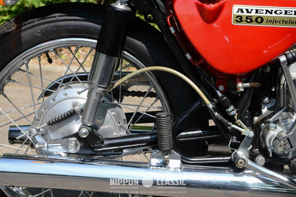 Die hintere Bremse Kawasaki der 350 A7 arbeitet mit Seilzug