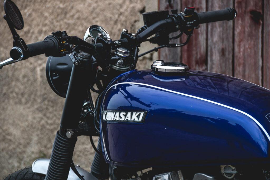 Die Custom Kawasaki Z 650 bekam einen LSL-Lenker und Acewell Tacho