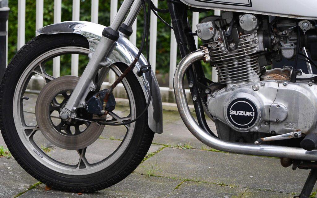 Die Scheibenbremse vorn reicht der Suzuki GS 400