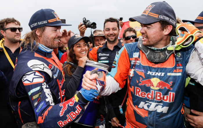 Toby Price gratuliert Matthias Walkner zum Dakar-Sieg 2018