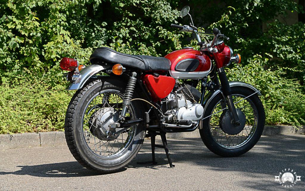Die Hinterradbremse der Kawasaki 250 A1 war seilzugbetätigt
