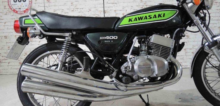 Auffällig ist die asymetrische Auspuffanlage der Kawasaki KH 400