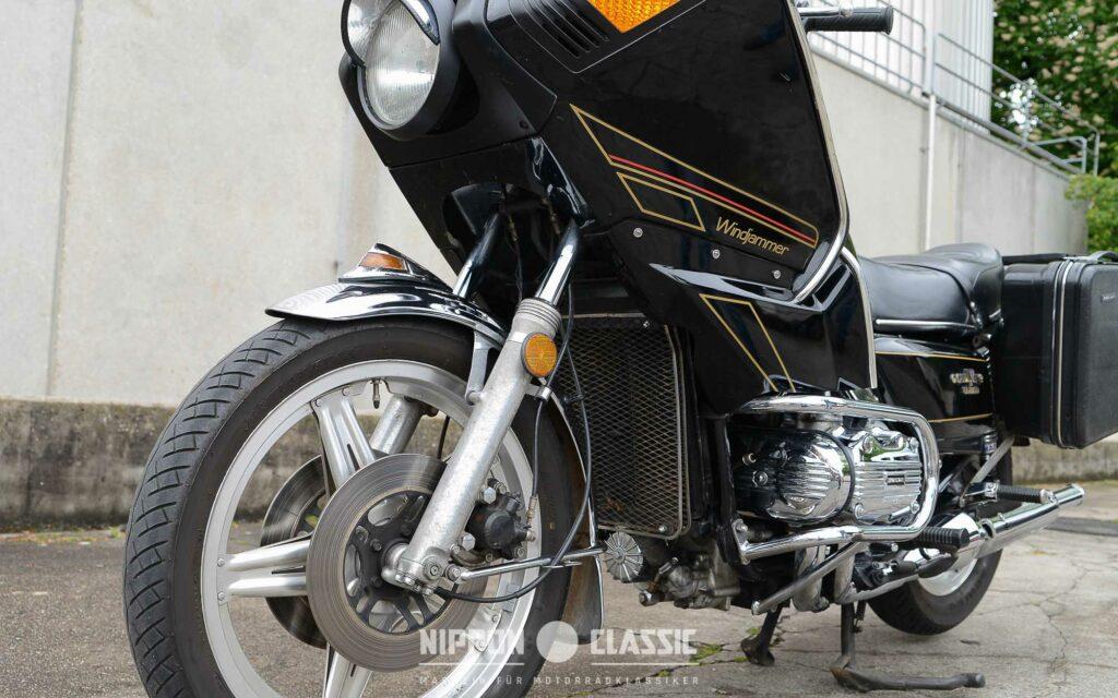 Die universelle Motorradverkleidung war zweiteilig und integrierte Scheinwerfer und Blinker
