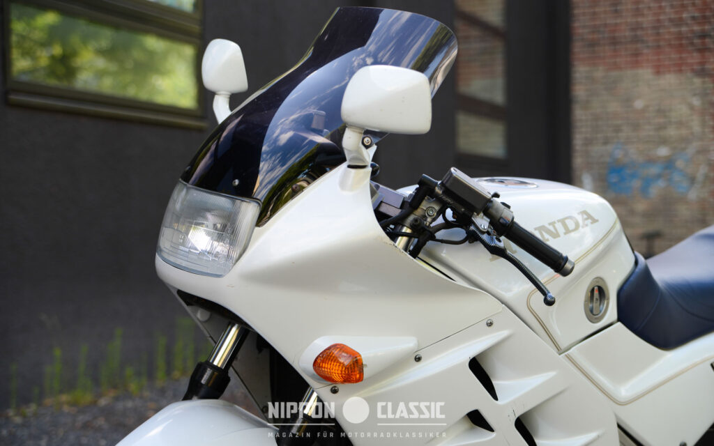 Die aerodynamischen Vollverkleidung der VFR750F bot guten Wind- und Wetterschutz