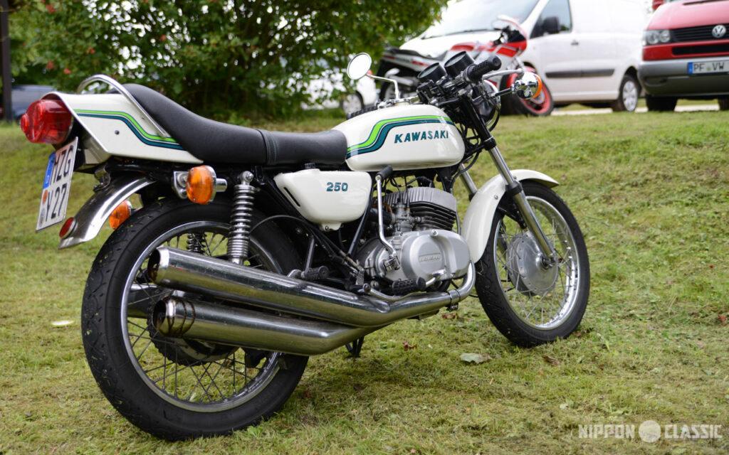 Die asymmetrische Auspuffanlage behielt Kawasaki bei der KH 250 bei