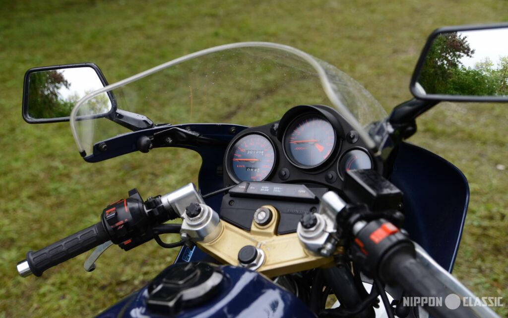 Blick ins Cockpit der Honda NS 400 R
