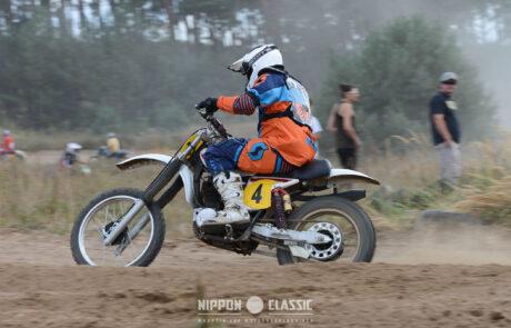 Alte Enduro-Motorräder wühlen sich durch den Sand beim Classic Offroad Festival in Wietstock