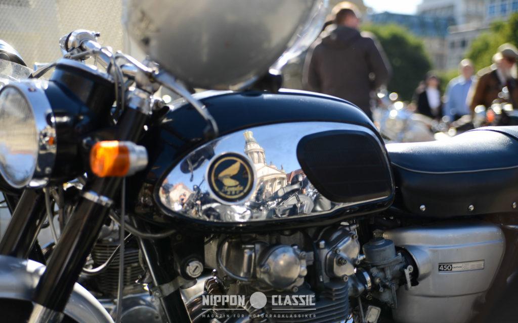 Berlin im Spiegelbild einer Honda CB 450 Black Bomber