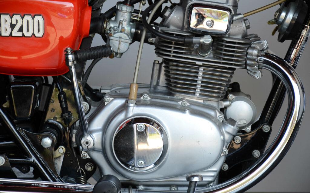 Gut zu erkennen: Anlasser vor dem Kurbelgehäuse des CB 200 Motors