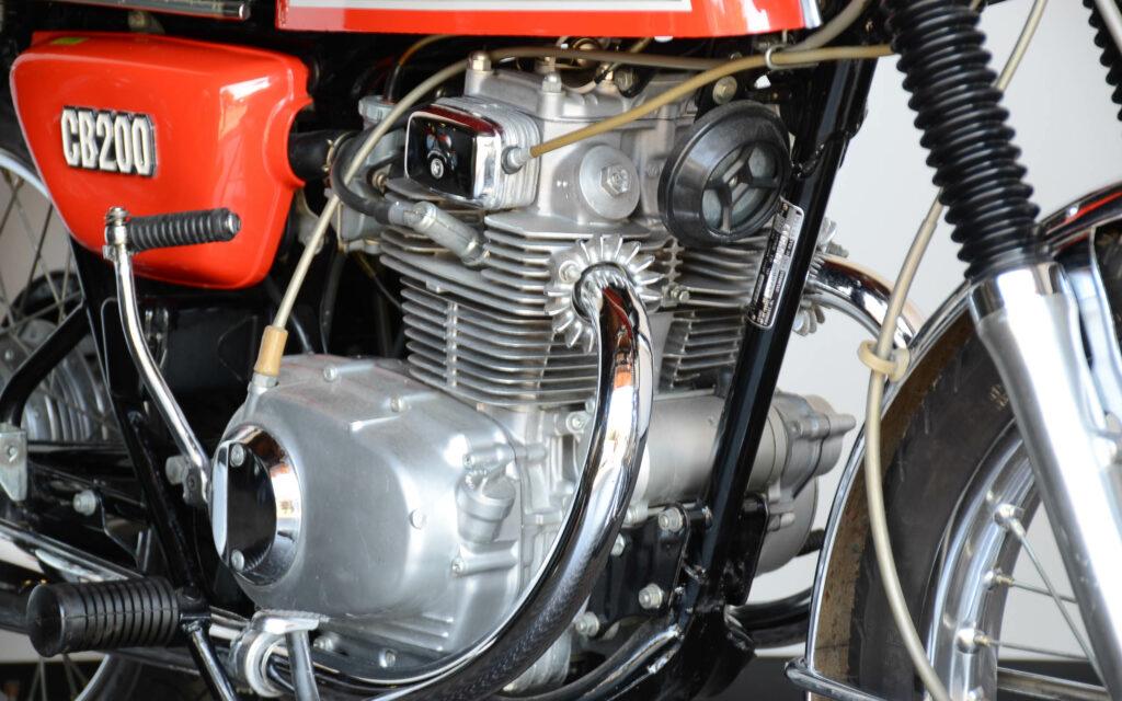 Der CB 200 Motor ist ein aufgebohrtes 175er Aggregat