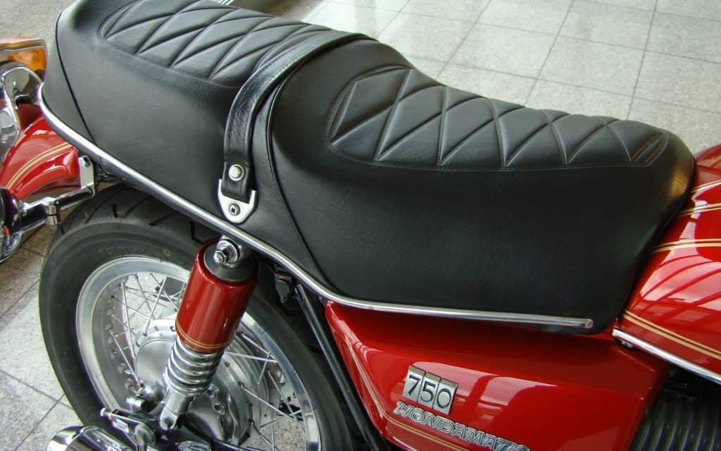 Die Sitzbank der Honda CB750A sieht bequem aus, ist es aber hinten nicht