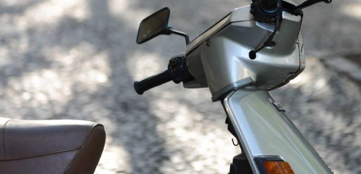 Vollverkleideter Lenker des Yamaha XC 180 Cygnos