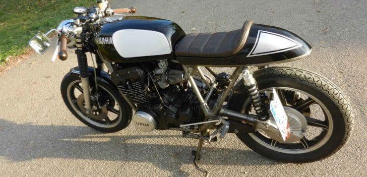 Farblich ist der Yamaha Cafe Racer von der XS 1100 inspiriert