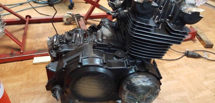 Der Motor wurde für den XS 750 Cafe Racer schwarz lackiert