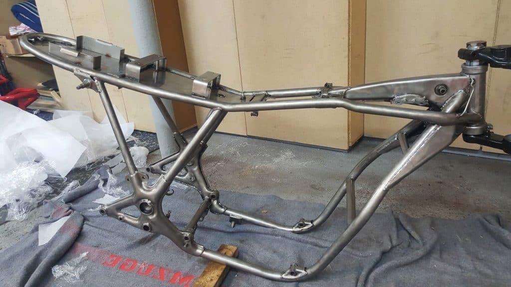 Der pulverbeschichte Rahmen ist fertig für den Aufbau des Cafe Racers