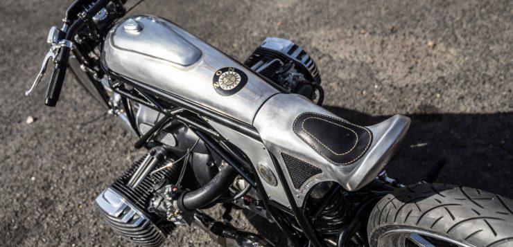 Gut sichtbare Stößelstangen oberhalb der Zylinder erinnern an historische BMW-Motoren