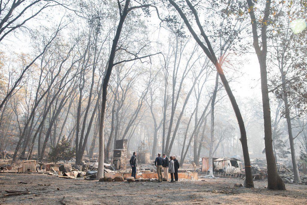 Donald Trump besucht einen vom Feuer zerstörten Ort