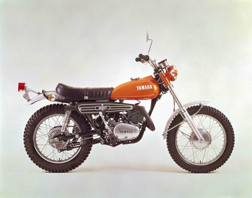 Die Yamaha DT2 bekam 1971 mehr Leistung, einen neuen Tank und den Schriftzug auf dem Auspuff