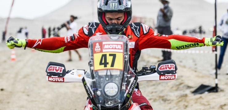 Kevin Benavides mit der Startnummer 47 konzentriert sich auf die nächste Etappe
