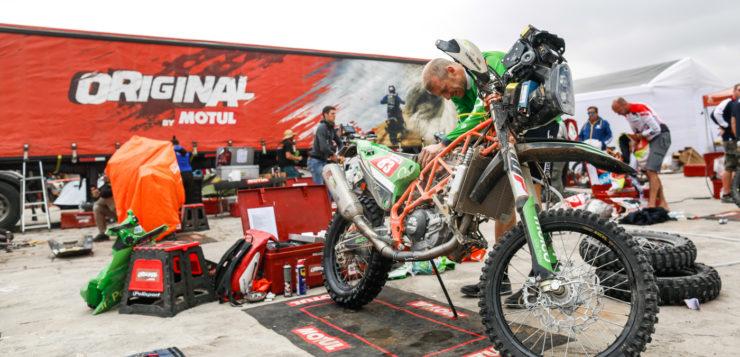 Sjors Van Heertum schraubt an seinem KTM Factory-Racer