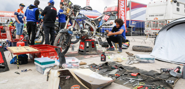 Julian Jose Merino kümmert sich um seine Yamaha