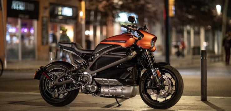 Die Harley-Davidson wirkt recht wuchtig, aber auch sportiv