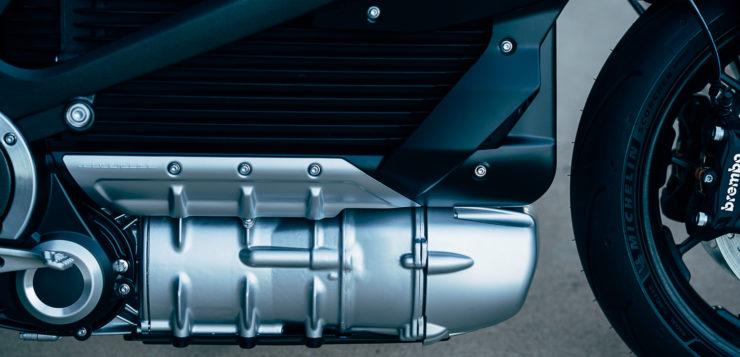 Die Lithiumionen-Hauptbatterie steckt in einem Aluminiumgussgehäuse mit Kühlrippen