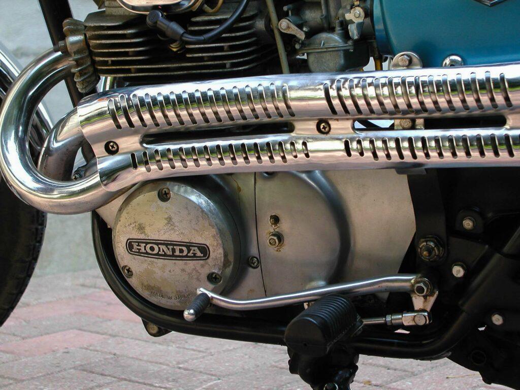 Krümmer und Auspuffblenden verraten die Honda CL 350