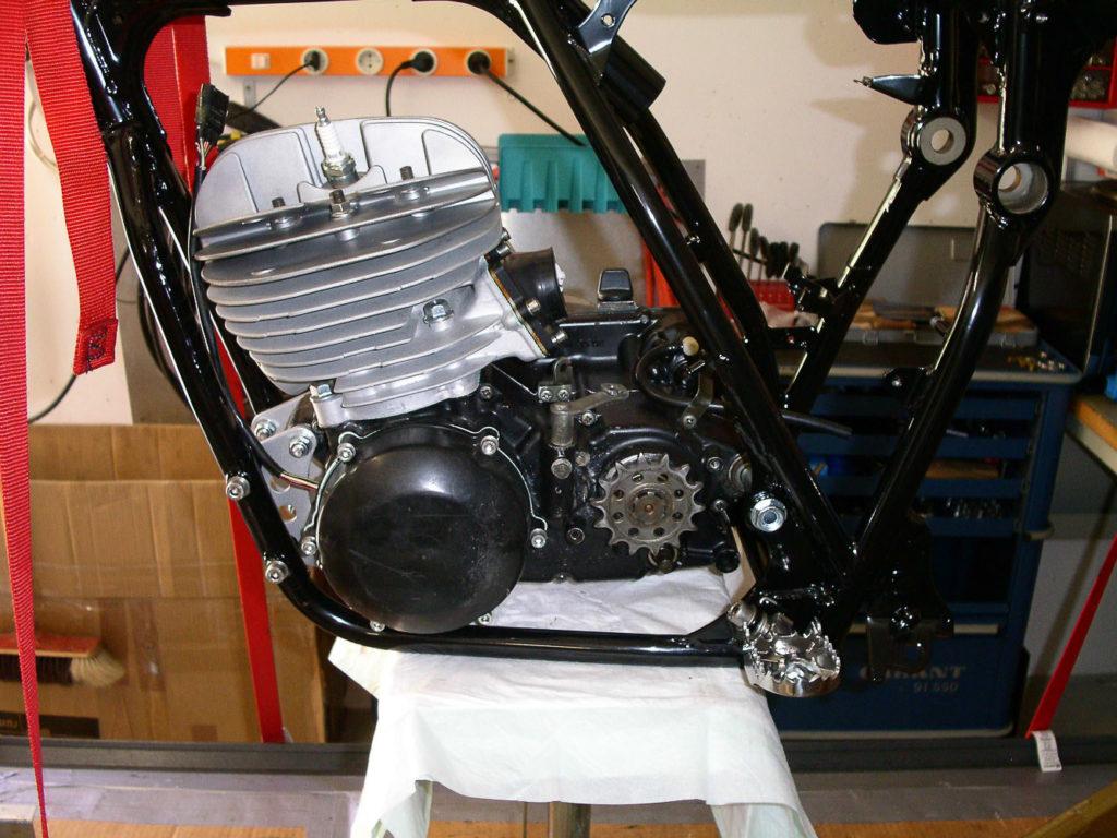 Der Motor wurde gestrahlt und teilweise schwarz lackiert