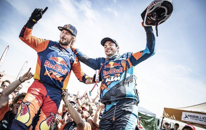 Toby Price, Platz 1 in der Gesamtwertung & Matthias Walkner, Platz 2 in der Gesamtwertung beim Feiern des Gesamtsiegs Ihres Teams