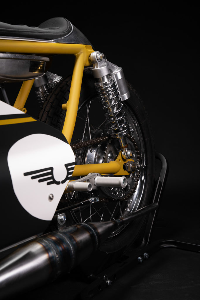 Die Rahmenfarbe der Suzuki GT 250 ist ein starker Kontrast zur Lackierung