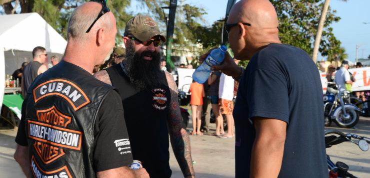 Die Harlistas Cubanos tragen ihre Kutten mit Strolz