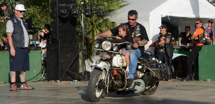 Mit Papa auf der Harley macht es am meisten Spaß