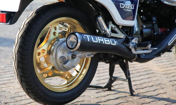 """Groß prangt der """"TURBO"""" Schriftzug auf dem Auspuff der CX"""
