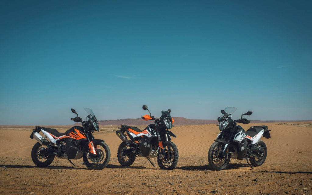 KTM 790 Adventure R gerahmt von den Standardversionen