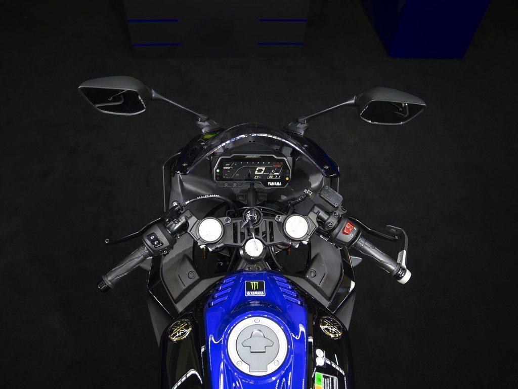 Yamaha YZF-R125 Monster Energy trägt eine Gabelbrücke im GP-Stil
