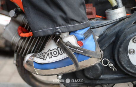 Die Fahrer tragen spezielle Speedway-Schuhe